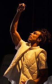 O ator e dramaturgo Jé Oliveira em cena na peça {Entre}. Foto por Christiane Forcinito.