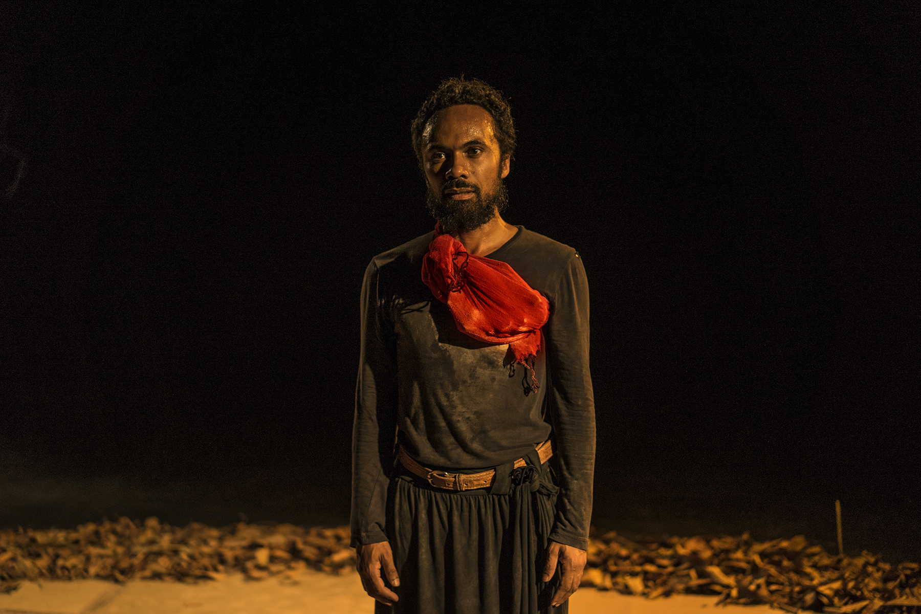 "O ator Kenan Bernardes em ""Medea Mina Jeje"". Foto/Julieta Bacchin"
