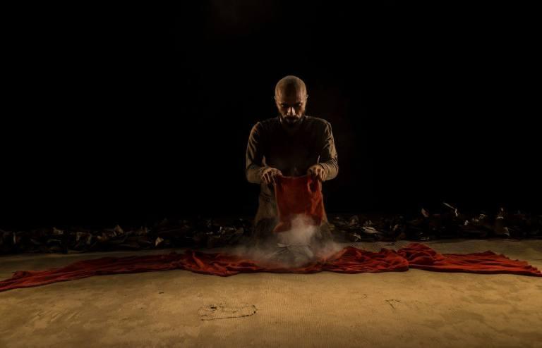 O ator Kenan Bernardes na peça Medea Mina Jeje, com dramaturgia de Rudinei Borges