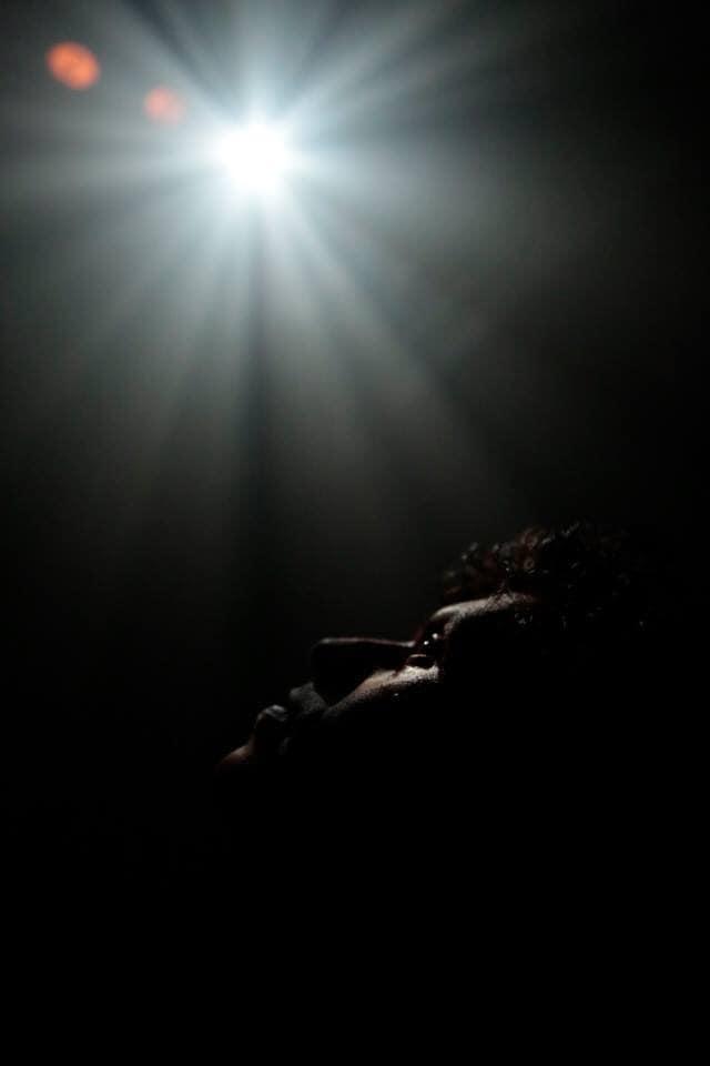 O ator Leandro Lago em Transamazônica, peça com direção e dramaturgia de Rudinei Borges dos Santos. Foto por Gal Oppido.