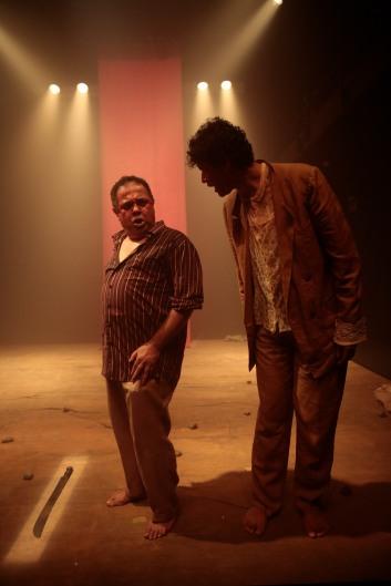 Os atores Geraldo Fernandes e Leandro Lago em cena da peça Transamazônica, com dramaturgia e direção de Rudinei Borges dos Santos. Foto por Gal Oppido.