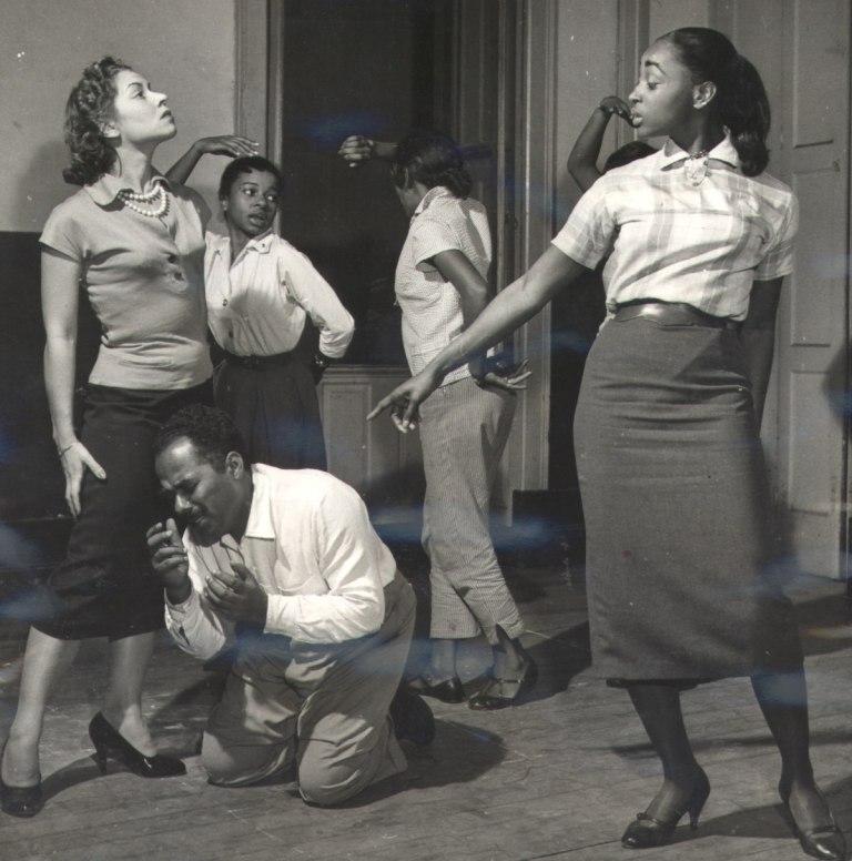 """Teatro Experimental do Negro ensaiando """"Sortilégio"""", de Abdias do Nascimento, 1957."""